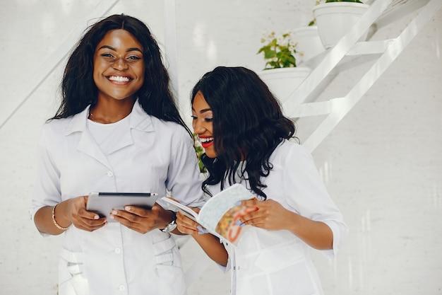 Mulheres negras com estetoscópio