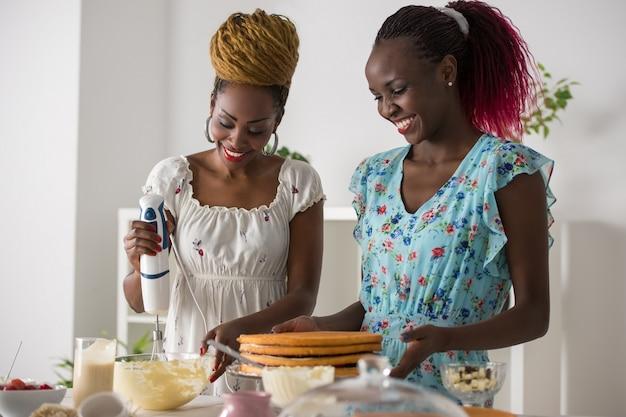 Mulheres no bolo de cozinha cozinhar