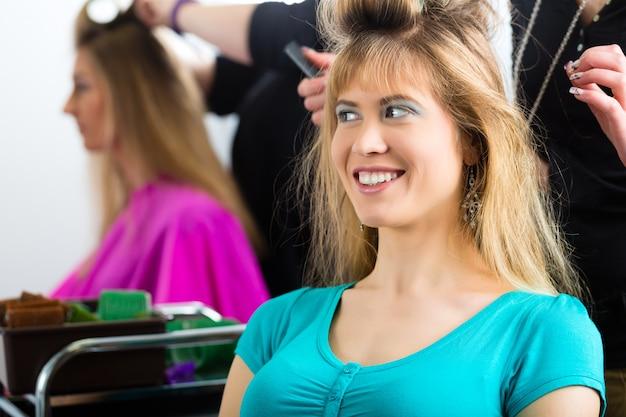 Mulheres no cabeleireiro com cachos