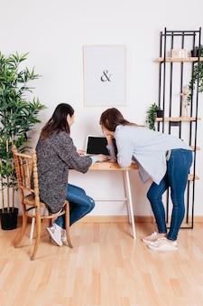 Mulheres no caderno no escritório