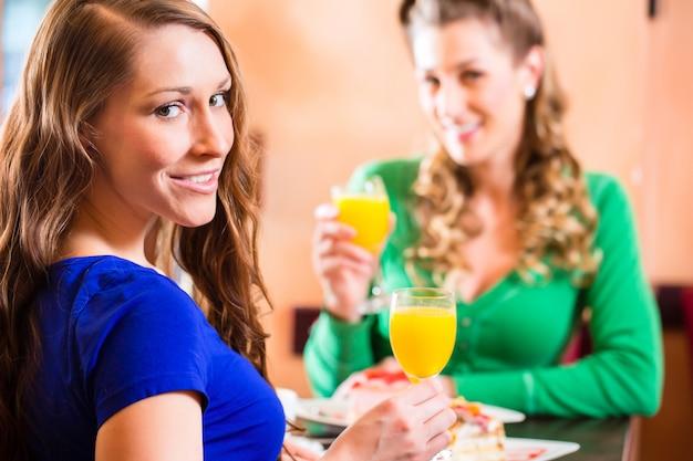 Mulheres no café ou pastelaria