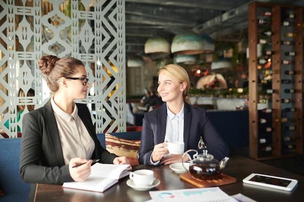 Mulheres no café