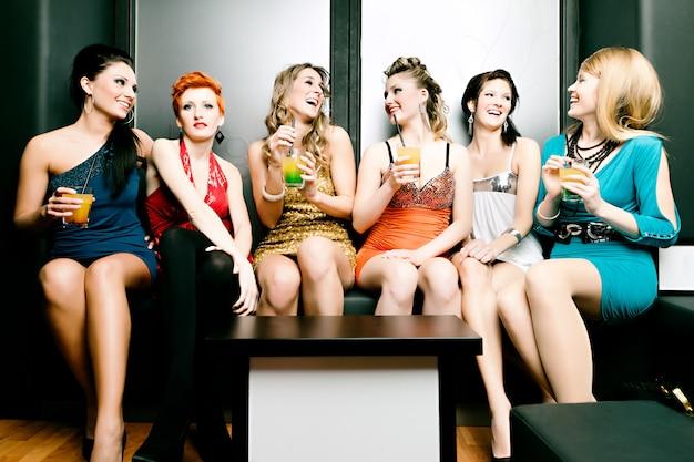 Mulheres no clube ou discoteca bebendo cocktails