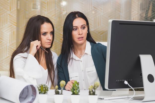 Mulheres no computador no escritório