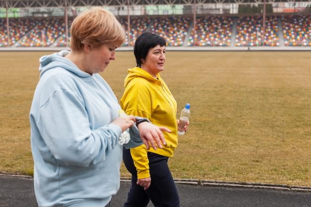 Mulheres no estádio correndo