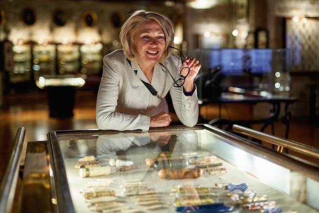 Mulheres no museu assistem a exposições de arte