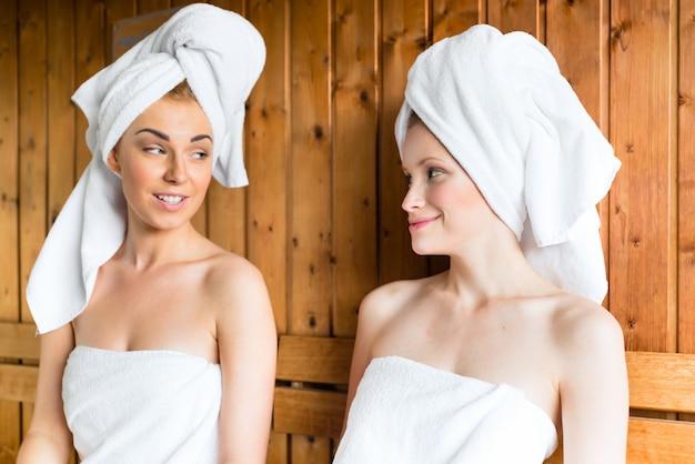 Mulheres no spa de bem-estar, desfrutando de infusão de sauna