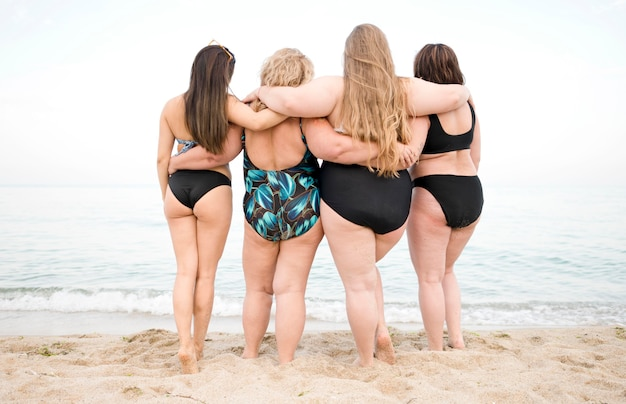 Mulheres olhando para o oceano
