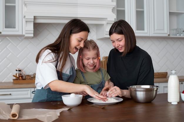 Mulheres passando um tempo juntas com sua filha