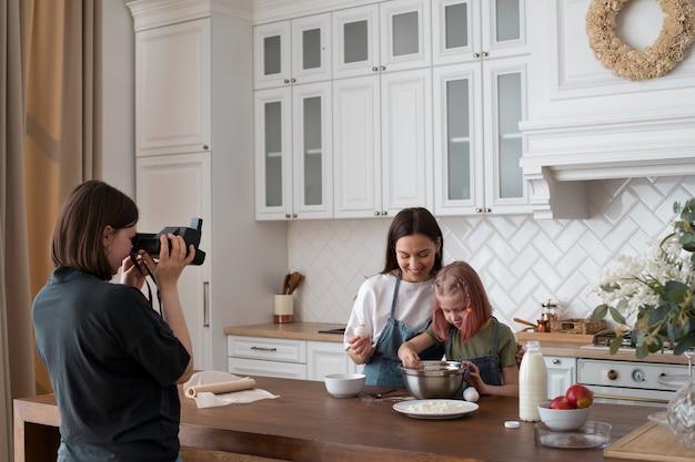 Mulheres passando um tempo juntas com suas filhas em casa