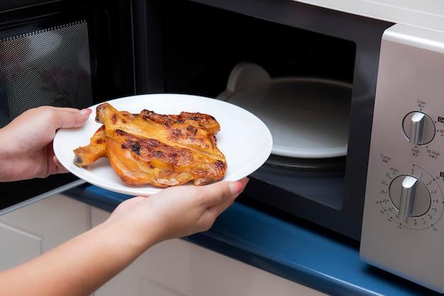 Mulheres, passe segurar, alimento, em, um, forno microonda