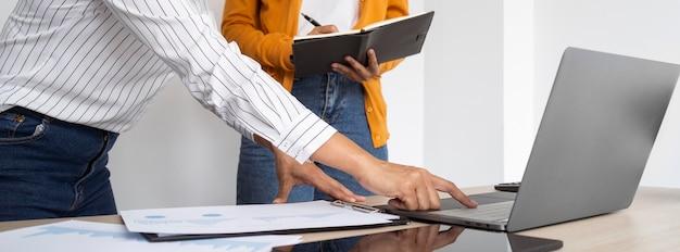 Mulheres pensando em novas ideias para um projeto de trabalho em um laptop