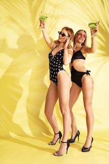 Mulheres posando com um macacão da moda
