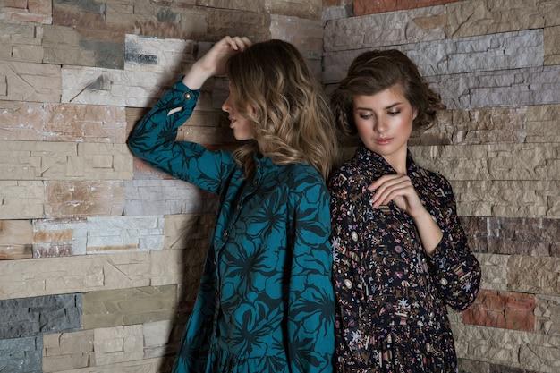 Mulheres posando em roupas de luxo