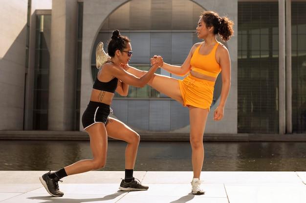 Mulheres praticando esportes ao ar livre em cena completa