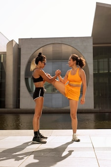 Mulheres praticando esportes fora de cena