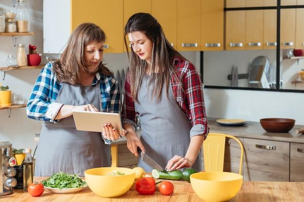 Mulheres preparando comida saudável na cozinha