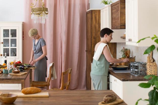 Mulheres preparando comida saudável