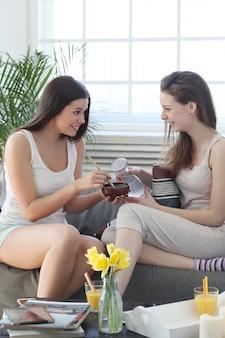 Mulheres preparando uma máscara facial para cuidados com a pele