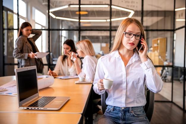 Mulheres profissionais trabalhando juntos