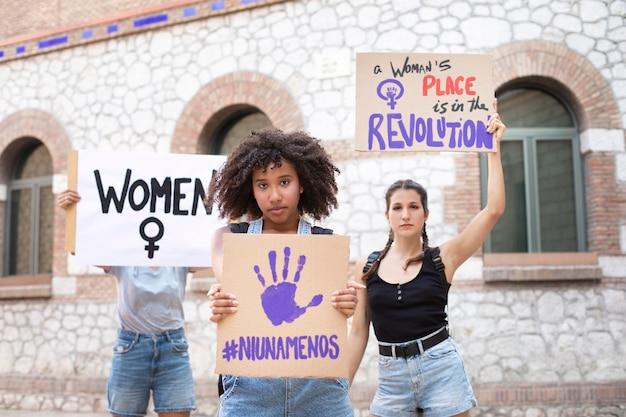 Mulheres protestando juntas por seus direitos