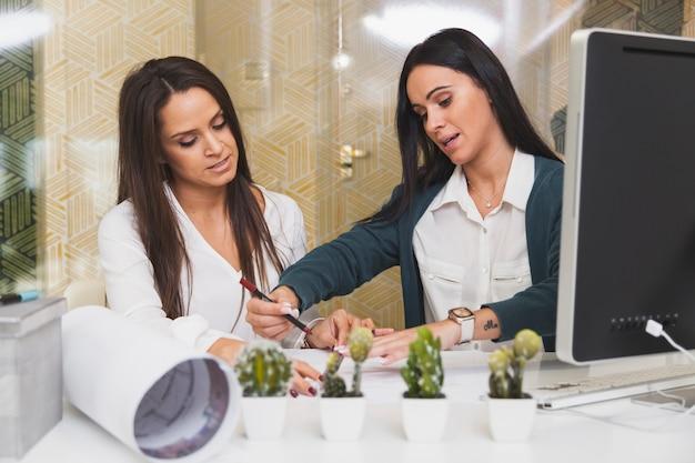 Mulheres que colaboram no escritório
