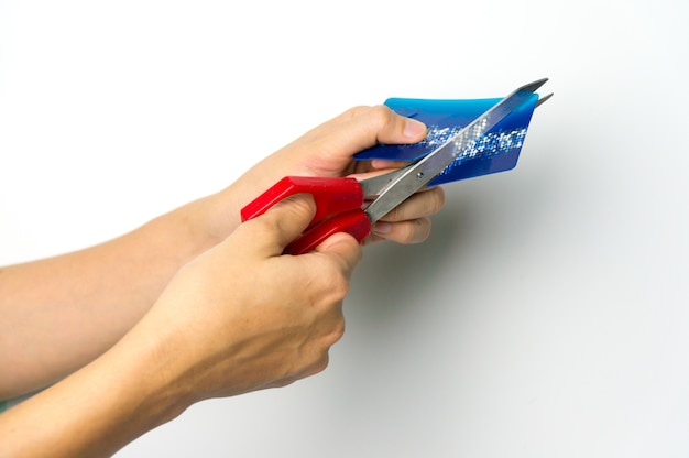 Mulheres que cortam o cartão de crédito com o conceito do departamento e do empréstimo do esclarecimento.