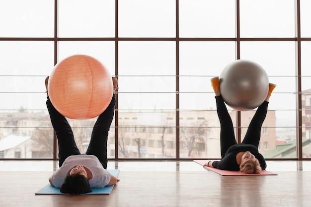 Mulheres que trabalham com grandes bolas