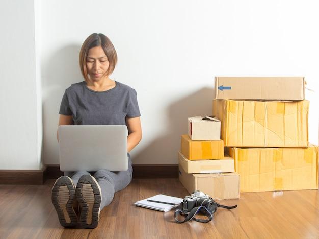 Mulheres que trabalham o computador portátil que vende o conceito em linha das ideias