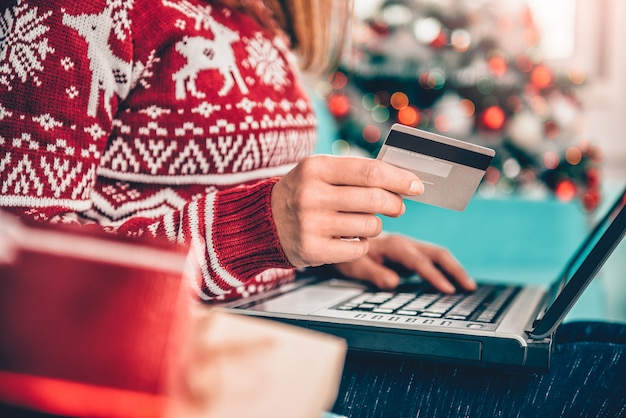 Mulheres que usam cartão de crédito em casa