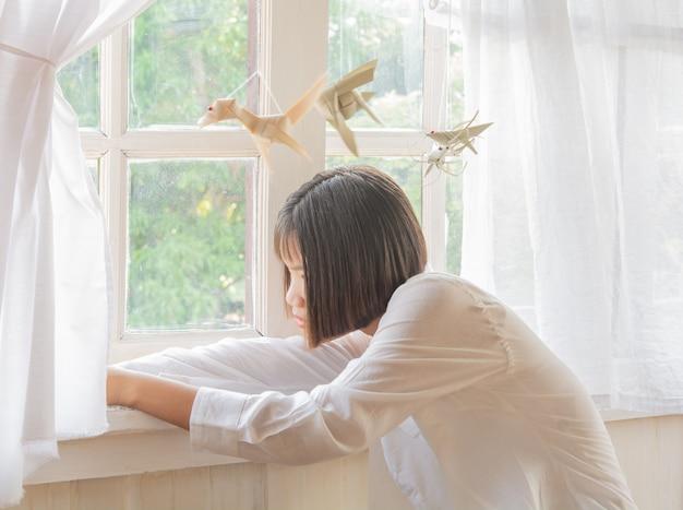 Mulheres relaxam. e janelas à noite e luz suave