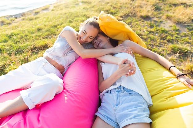 Mulheres, relaxante, ligado, coloridos, puffbags