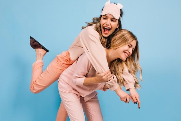 Mulheres rindo brincando antes de dormir