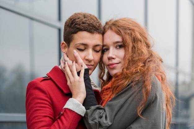 Mulheres românticas de close-up juntas