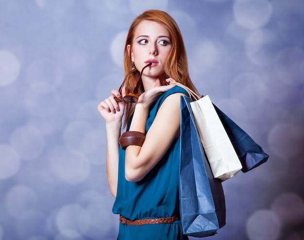 Mulheres ruivas com sacos ensopados.