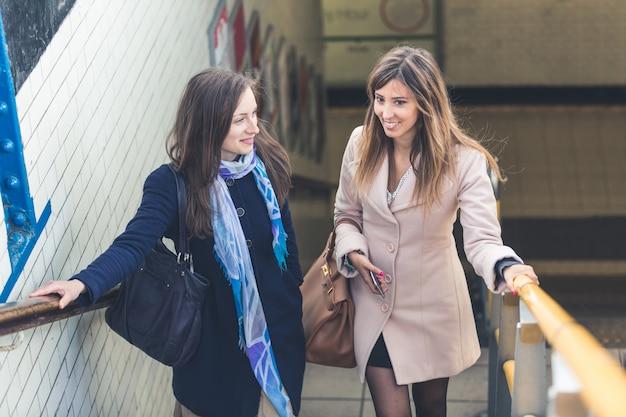 Mulheres saindo de uma estação de metrô de londres.
