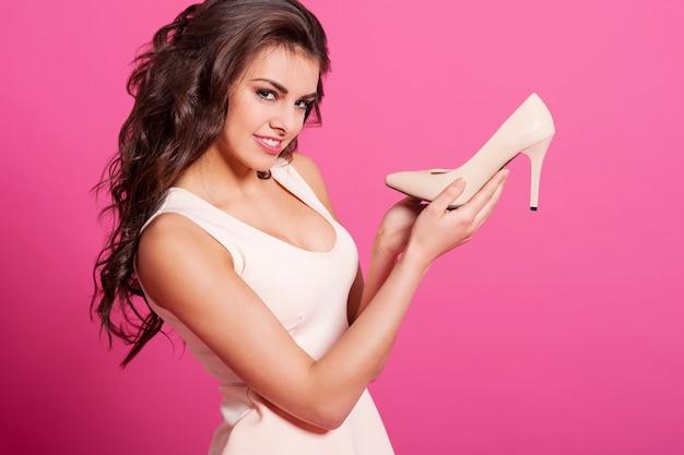 Mulheres satisfeitas com sapatos novos