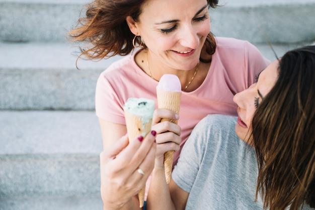Mulheres se divertindo com sorvete