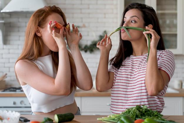 Mulheres se divertindo enquanto preparam uma refeição