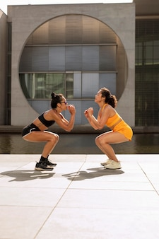 Mulheres se exercitando juntas, tiro completo