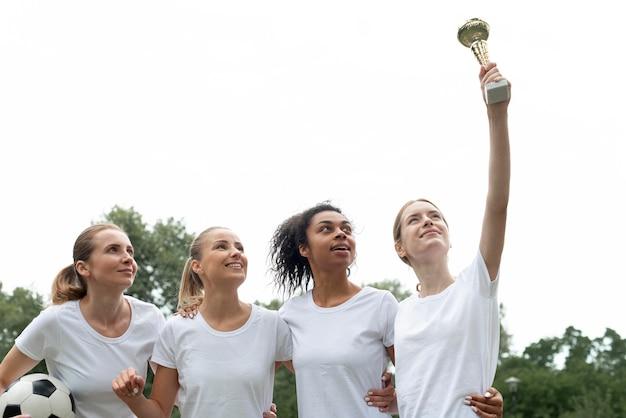 Mulheres segurando a taça expressando vitória