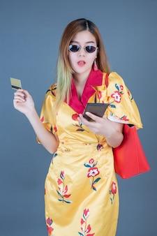 Mulheres, segurando, cartões inteligentes, e, telefones móveis