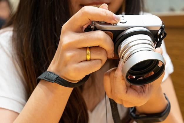 Mulheres, segurando, mirrorless, câmera