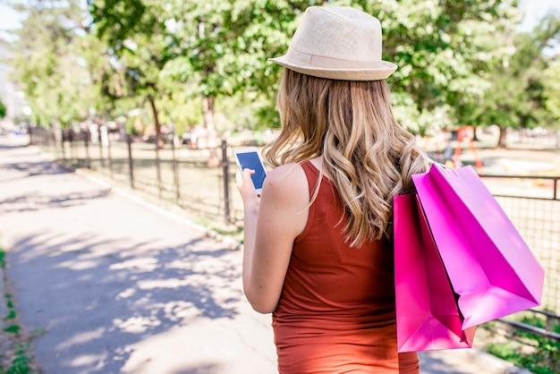 Mulheres segurando sacolas de compras e mensagens de texto