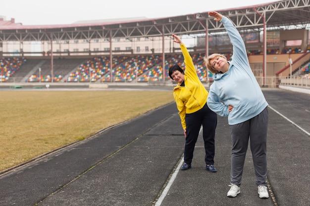 Mulheres sênior no estádio de alongamento
