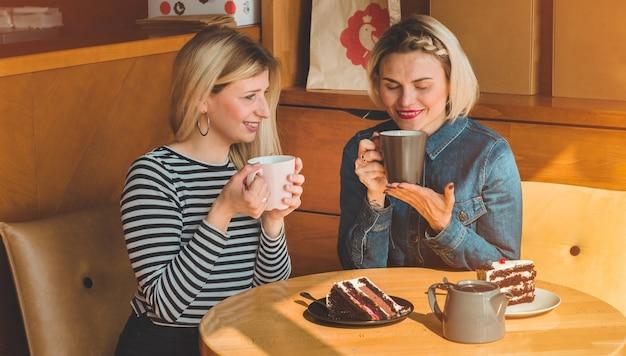 Mulheres sentadas em um café tomando um chá quente