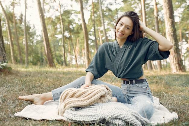 Mulheres sentadas em um parque de verão e tricô