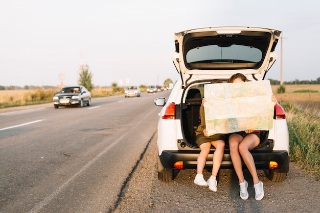 Mulheres, sentando, car, mapa