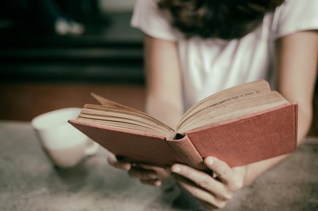 Mulheres, sentando, leitura
