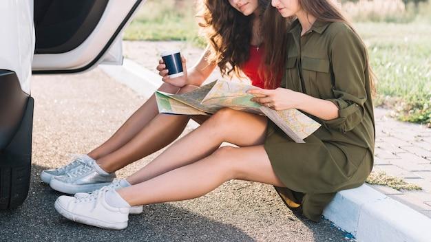 Mulheres, sentando, ligado, borda, com, mapa